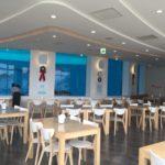 イルカの見えるレストラン内観