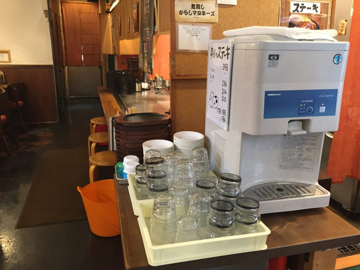 冷水器とグラス