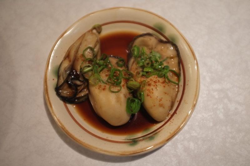 寄り添う牡蠣3つ