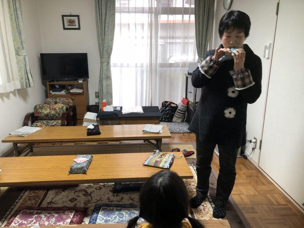オカリナを吹く倉本先生