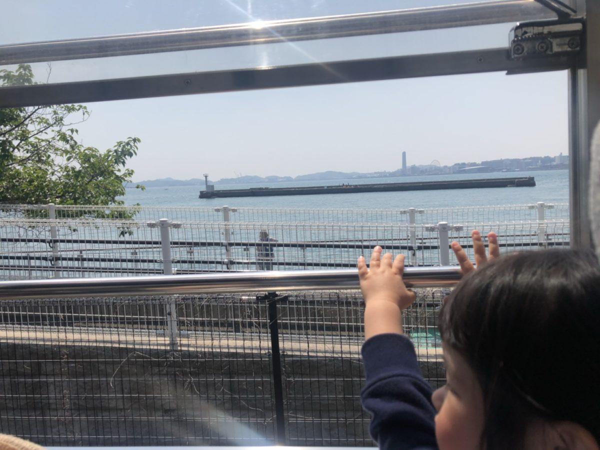 車窓から手を振る娘